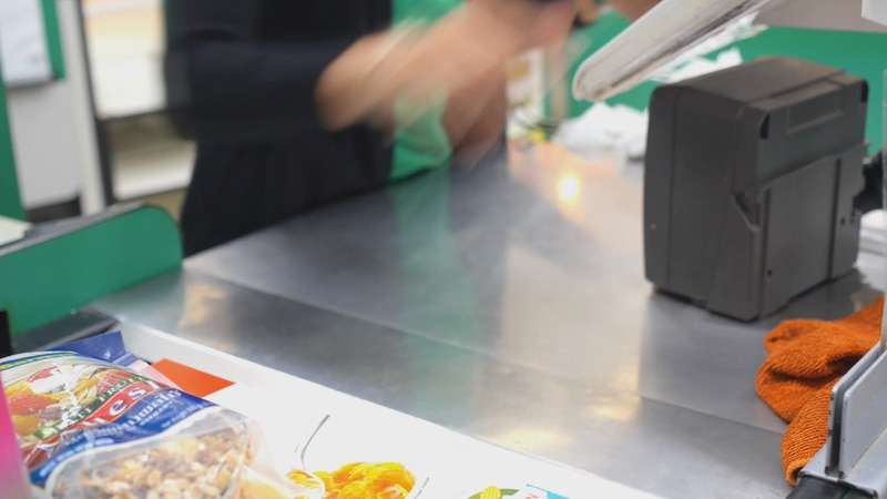 Experts offer tips on how people can save on their grocery bill.